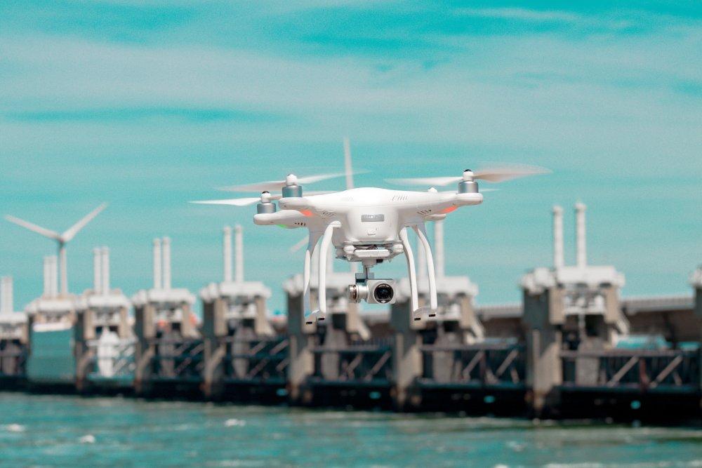 drone au-dessus de l'eau